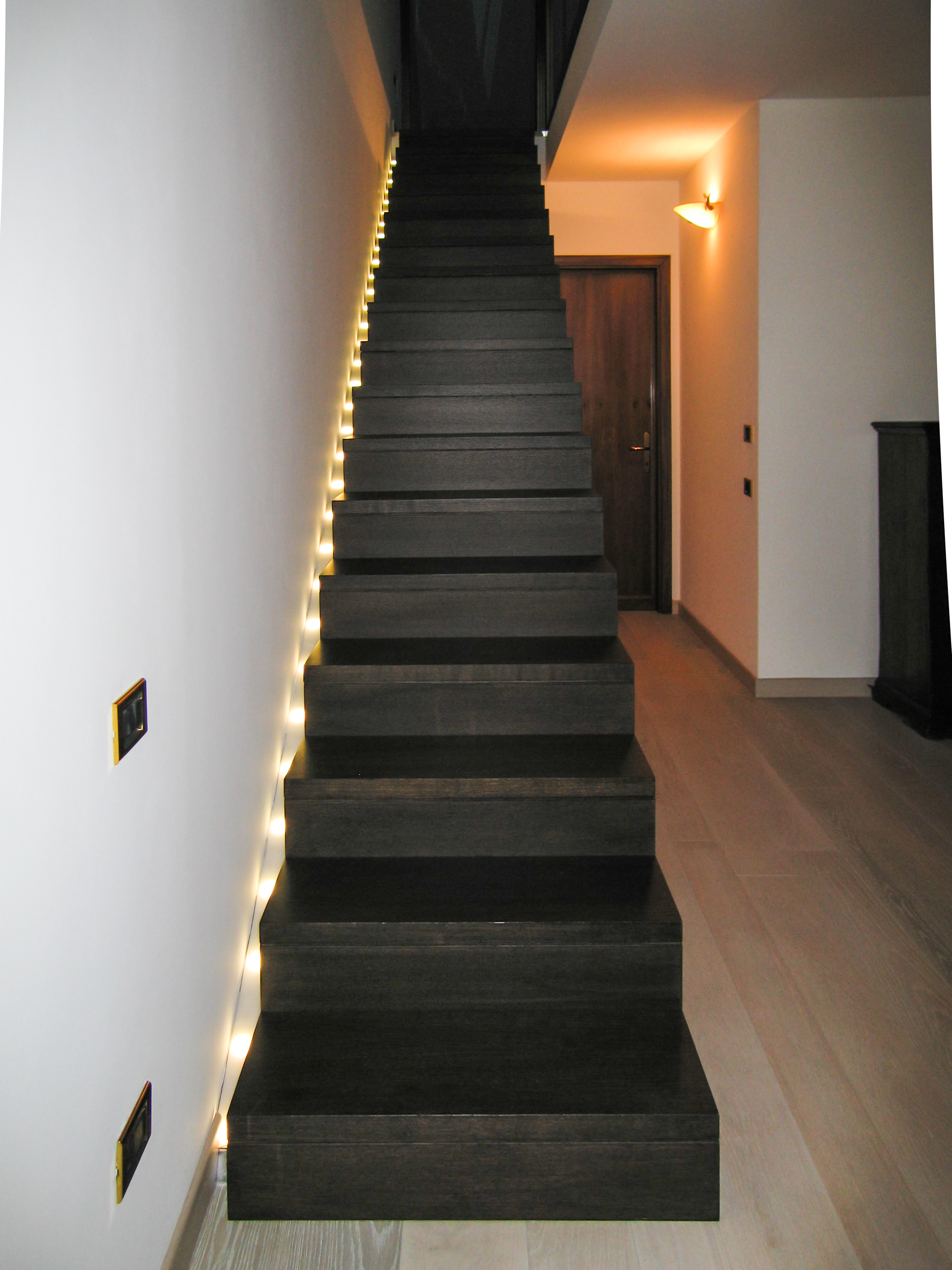 Scala nera con led callegaro for Segnapasso led per scale interne